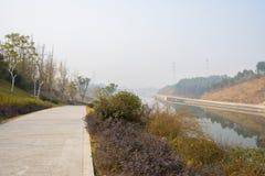 Rivieroeverweg op helling bij zonnige de wintermiddag stock foto's