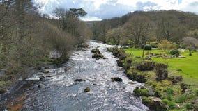 Rivierpijltje bij dassen holt op dartmoor nationaal park Devon het UK stock afbeelding