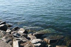 Rivierrotsen met visserskoorden Stock Foto's