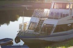 Rivierschip bij zonsondergang royalty-vrije stock fotografie