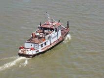 Rivierschip die lading vervoeren stock afbeelding