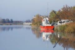 Riviersleepboot bij de pijler stock foto