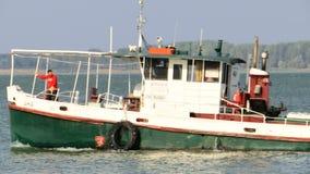 Riviersleepboot het overgaan stock footage
