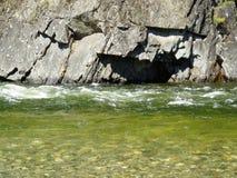 Rivierstroom, rust op een rotsachtige richel op `-boord, in Oostelijke Sayan stock fotografie