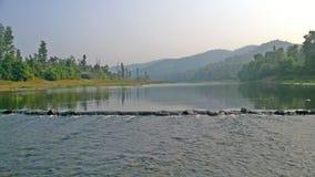 Rivierstroom tussen heuvels in een berggebied royalty-vrije stock afbeeldingen