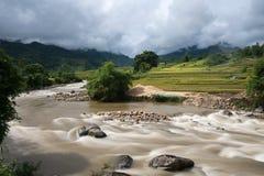 Rivierstroom in vloed na verscheidene dagen van regen in Noord-Vietnam stock fotografie