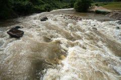 Rivierstroom in vloed na verscheidene dagen van regen in Noord-Vietnam royalty-vrije stock afbeeldingen