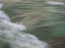 Rivierstroomversnelling op een bergrivier Royalty-vrije Stock Foto