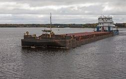 Riviertanker die zich op de rivier Volga bewegen Rusland Stock Foto's