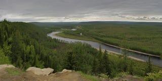 Riviervallei Chulman in Zuid-Yakutia Stock Afbeeldingen