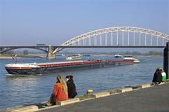 Rivierverkeer op Waal, stad Nijmegen Stock Afbeelding