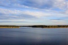 Riviervolga vallei met gebieden en bos onder bewolkte hemel Royalty-vrije Stock Fotografie