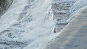 Rivierwater die in de geboorte van een rivier lopen stock videobeelden
