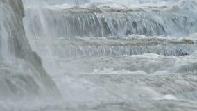 Rivierwater die in de geboorte van een rivier lopen stock footage