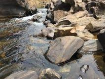 Rivierwater die door willekeurig gevormde stenen vloeien royalty-vrije stock foto