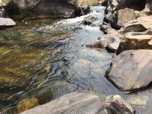 Rivierwater die willekeurig door stenen vloeien royalty-vrije stock foto's