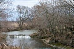 Rivierwaterval in de winter stock afbeeldingen