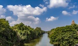 Rivierweergeven - de Grote Tempel van Thanjavur met Kanaalwater royalty-vrije stock foto's