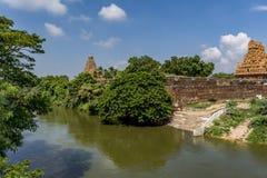 Rivierweergeven - de Grote Tempel van Thanjavur met Kanaalwater stock afbeelding