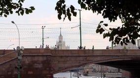 Rivière de Moskva et un gratte-ciel staliniste de style banque de vidéos