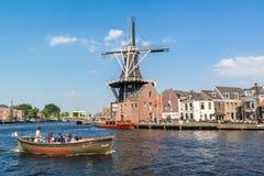 Rivière de Spaarne avec le bateau de canal et le moulin à vent, Haarlem, Pays-Bas Photographie stock libre de droits