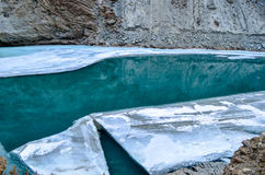 Rivière sous la rivière congelée Images libres de droits