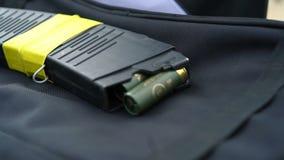 Rivista con le cartucce I suoni di colpi di arma di fuoco sono sentiti stock footage