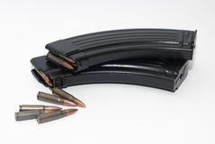 Rivista con 7 62 pallottole per AK-47 e SKS Fotografie Stock Libere da Diritti