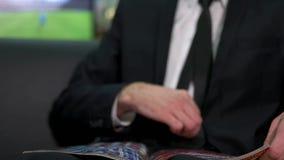 Rivista della lettura dell'uomo di affari stock footage