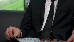 Rivista della lettura dell'uomo di affari video d archivio