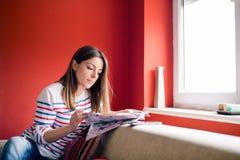 Rivista della lettura della ragazza Immagine Stock Libera da Diritti