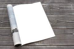 Rivista o catalogo del modello sulla tavola di legno Pagina in bianco o blocco note su fondo di legno fotografia stock libera da diritti
