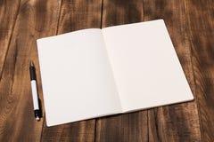 Rivista o catalogo del modello sulla tavola di legno immagine stock libera da diritti