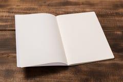 Rivista o catalogo del modello sulla tavola di legno fotografia stock