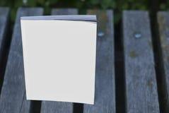 Riviste e cataloghi del modello sul banco Fotografie Stock Libere da Diritti