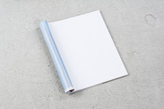 Riviste o catalogo del modello su fondo concreto grigio immagine stock libera da diritti