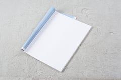 Riviste o catalogo del modello su fondo concreto grigio fotografia stock libera da diritti
