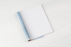Riviste o catalogo del modello sul fondo di legno della tavola immagine stock libera da diritti