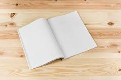 Riviste o catalogo del modello sul fondo di legno naturale della tavola fotografie stock libere da diritti