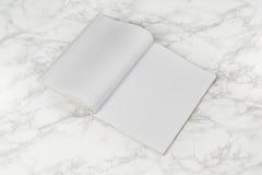 Riviste o catalogo del modello sul fondo di marmo bianco della tavola fotografia stock libera da diritti