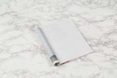 Riviste o catalogo del modello sul fondo di marmo bianco della tavola fotografia stock
