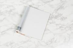 Riviste o catalogo del modello sul fondo di marmo bianco della tavola fotografie stock
