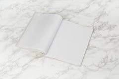 Riviste o catalogo del modello sul fondo di marmo bianco della tavola fotografie stock libere da diritti
