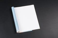Riviste o catalogo del modello sul fondo nero della lavagna immagine stock libera da diritti
