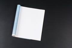 Riviste o catalogo del modello sul fondo nero della lavagna fotografia stock libera da diritti
