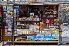 Riviste su esposizione in un deposito Immagini Stock Libere da Diritti