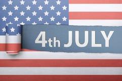 Rivit sönder amerikanska flagganpapper med fjärde 4th av Juli hälsningar Arkivfoto