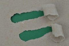 Rivit sönder papper som avslöjer grönt utrymme för ord Royaltyfri Bild