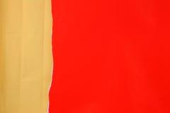 Rivit sönder rött papper med skrynkligt brunt papper Royaltyfria Bilder