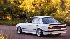 Rivne, Ucrânia - 7 de julho de 2018: Oldtimer retro clássico idoso original dos outdors de BMW M3 e30, das rodas do esporte, tunn imagens de stock royalty free
